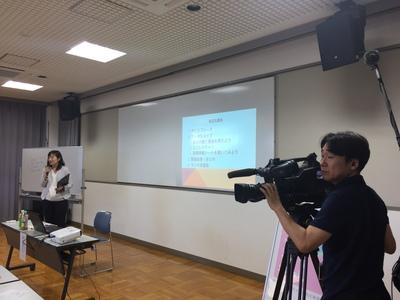 わくキャリセミナー講師の鈴木洋子さんと取材カメラ