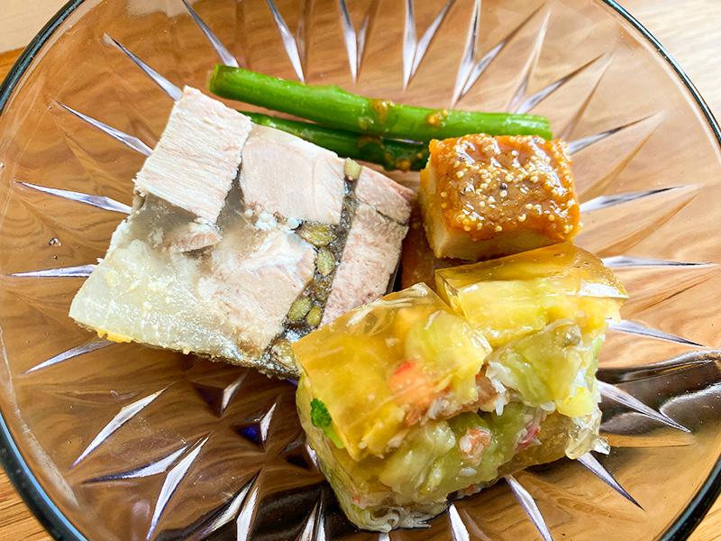 テリーヌ、静岡産いきいき鶏のオリエンタル風、ずわい蟹とナスのコンソメ煮のジュレ寄せ